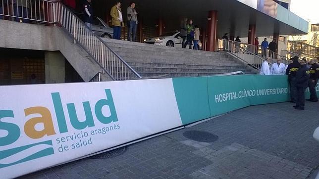 Le cae encima el letrero del Hospital Clínico de Zaragoza y acaba en el quirófano con un trauma