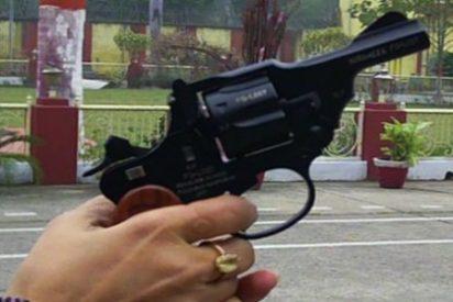 """India lanza la """"primera pistola para mujeres"""" con el significativo nombre de una joven que fue violada"""