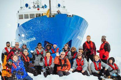 Un helicóptero chino rescata a los pasajeros del buque ruso atrapado en la Antártida