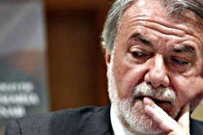 A Mayor Oreja le caen palos de todos lados por sus maniobras para camelarse a Rajoy