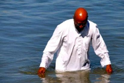 Un pastor evangélico imita a Jesús caminando sobre el agua y se ahoga como un pardillo