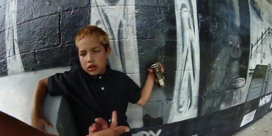[Vídeo] Manda a su hijo de 9 años a jugar al parque y el pequeño se emborracha
