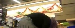 ¡Ojo en el súper! Un pervertido se pasea con una 'extraña' lata de patatas filmando bajo las faldas