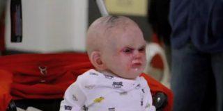 Un bebé diabólico y 'vomitón' siembra el pánico en las calles desde su cochecito