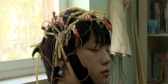 [Vídeo] A los chinos que se 'pasan' con Internet los meten en una celda y les ponen cables en la mollera