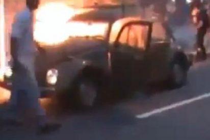[Vídeo] Una familia es rescatada de las llamas tras incendiarse su coche por un colchón