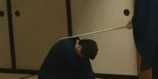 [Vídeo] Al primer ministro japonés le zurran de lo lindo antes de que tome decisiones