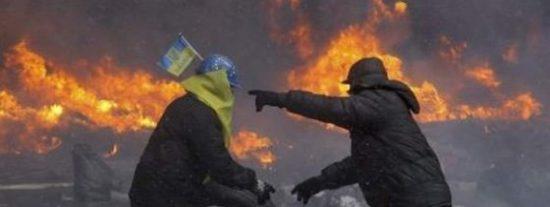 El País esconde la revuelta en Kiev y La Razón se olvida de ella