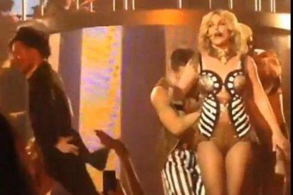 [Vídeo] A Britney Spears la salvan por los pelos de quedarse en cueros vivos