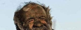 [Vídeo] El pobre tipo lleva 60 años sin lavarse...¡y se fuma hasta sus heces en pipa!
