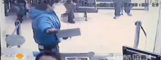 La grabación del ladrón que intenta atracar un banco y lo único que 'roba' son las carcajadas