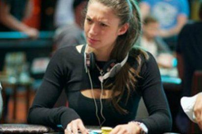 Sancionan a una jugadora de póker por no poder controlar sus tetas