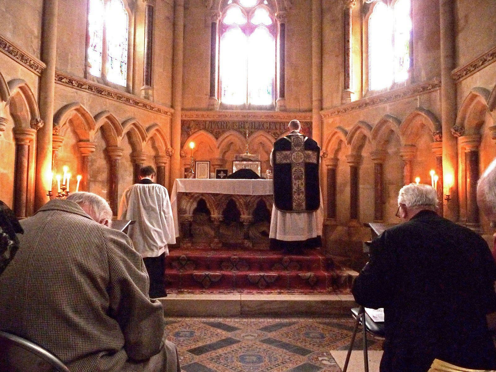 Le sopla dos tortas a un sacerdote en una parroquia de Getafe porque no le gustó el sermón