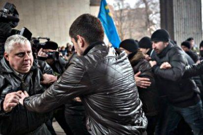 Hombres armados enarbolando la bandera rusa toman las sedes del Parlamento y el Gobierno en Crimea