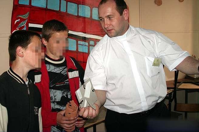 Detenido cura polaco acusado de pederastia