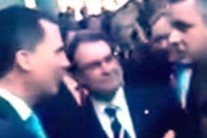 El portavoz Homs justifica al gañán independentista que rehusó dar la mano al Príncipe
