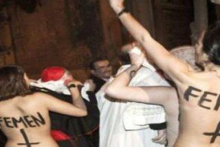"""Activistas de Femen lanzan bragas manchadas de rojo a Rouco al grito de """"aborto es sagrado"""""""