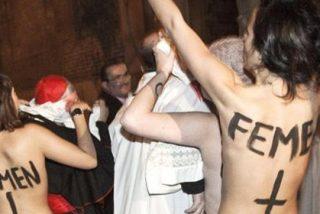Cinco activistas de Femen lanzan a Rouco sus bragas manchadas de rojo