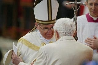 Benedicto, el Papa retirado pero muy presente