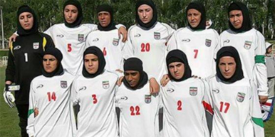 Cuatro hombres se ponían el velo para jugar en la selección femenina de Irán