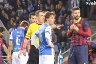 Los jugadores del Barcelona arrinconaron al árbitro y los de la Real tuvieron que intervenir