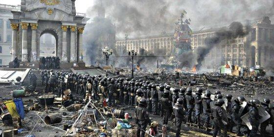 """El presidente de Ucrania anuncia una """"tregua"""" con los manifestantes y comienza a movilizar al Ejército"""