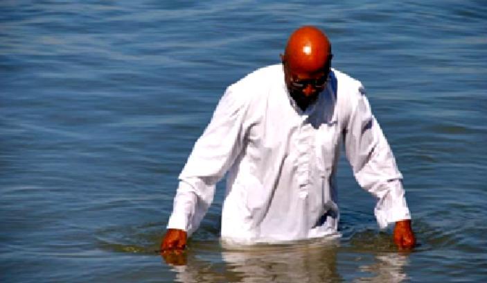 El pastor y uno de sus fieles se ahogan durante el bautismo por una ola traicionera