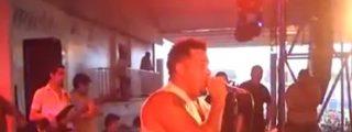 [Vídeo] El cantante se electrocuta cantando un tema romántico y cae sobre el público