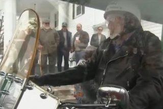 [Vídeo] Entierran al anciano a los mandos de una Harley Davidson para que haga su último viaje