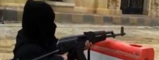 Conozca al niño yihadista de 4 años que dispara con un AK-47 y que es de armas tomar
