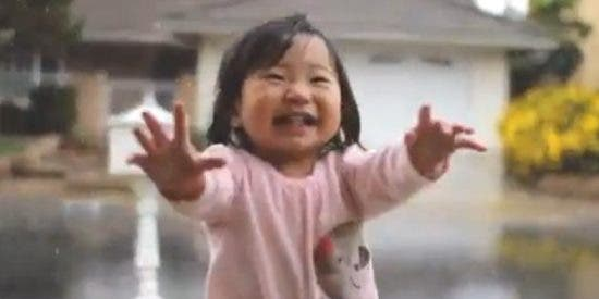 [Vídeo] La niña de 15 meses que conoce por primera vez la lluvia 'inunda' los corazones