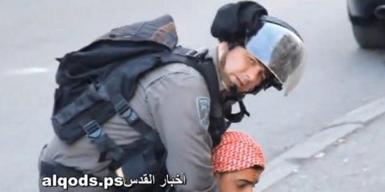 [Vídeo] Soldados israelíes se hacen fotos mientras 'estrangulan' a un niño palestino tras dispararle