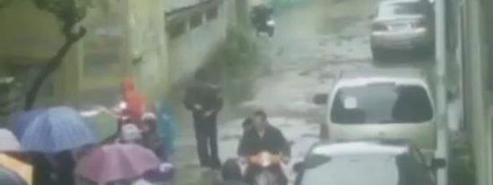 El vídeo del loco que tira a su novia a una alcantarilla y la deja tres días entre ratas