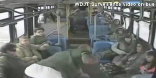 El vídeo del chófer de bus que da puñetazos a un pasajero mientras sigue circulando