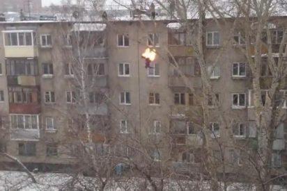 [Vídeo] Un joven aburrido decide prenderse fuego y lanzarse desde un quinto piso