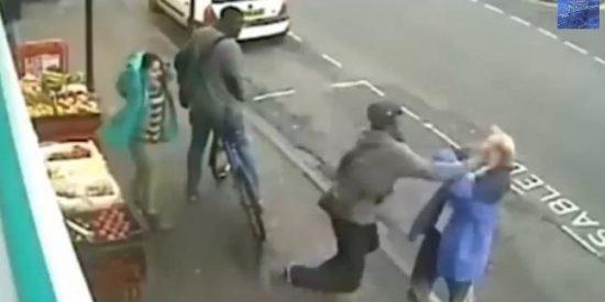 El vídeo del peatón a quien matan de un puñetazo por reñir a un ciclista que iba por la acera