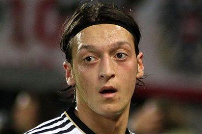 Özil atropella a un fotógrafo