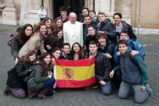 El Papa se fotografía casualmente con un grupo de chavales de Cuenca