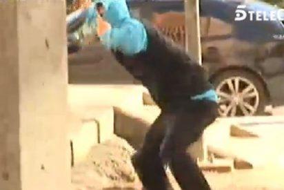 """Un equipo de 'El programa A.R', agredido a pedradas en Villaverde: """"¡Fuera, guarra!"""""""