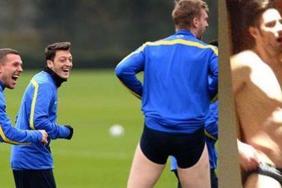 Ózil y Podolski se ríen tras la imitación de Mertesacker a Giroud