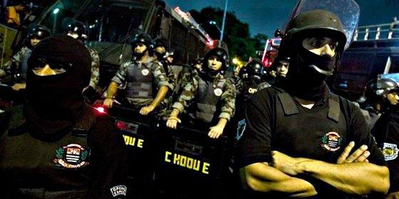 Los policías brasileños cuelgan sus esposas en demanda de mejoras laborales