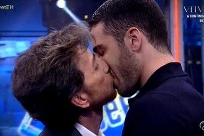 El 'inesperado' y torpe beso entre Pablo Motos y Miguel Ángel Silvestre en 'El Hormiguero'