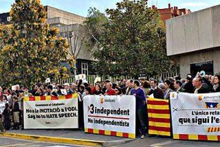 Concentración de ciudadanos catalanes contra el adoctrinamiento nacionalista de TV3
