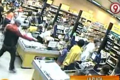 El vídeo del atracador que asalta un supermercado pegando tiros a diestro y siniestro
