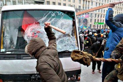 Los opositores avanzan a palo limpio y vuelven a cercar el Parlamento de Ucrania