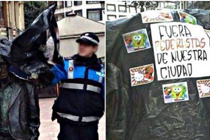 """Atacan la estatua de Woody Allen en Oviedo y le ponen el mensaje """"Fuera pederastas"""""""