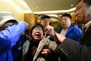 [Vídeo] Así reaccionaron los familiares de los pasajeros del avión malasio tras recibir en su móvil un 'mortal' SMS