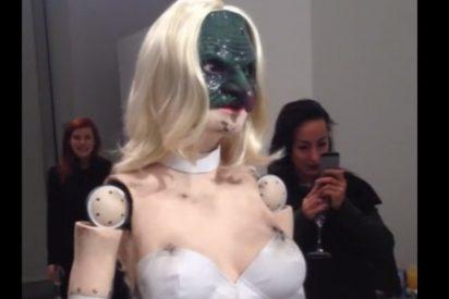Una sexy animatronic con cara de asesino provoca gemidos...de auténtico terror