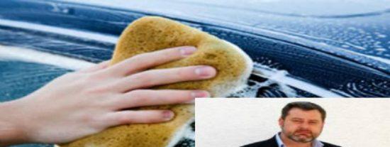 Un alcalde sevillano saca brillo a su carrera obligando a un policía a lavarle el coche a grito pelado