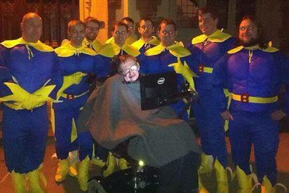 Se pierden de parranda disfrazados de Bananaman y les rescata...¡Stephen Hawking!